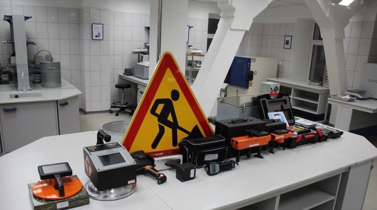 В распоряжении лаборатории свыше 70 единиц современного оборудования, позволяющего проводить испытания асфальтобетона, щебеночно-мастичного асфальтобетона и смеси, органических вяжущих материалов, грунтов, щебня, бетонных смесей и др., как по российским, так и по зарубежным стандартам.