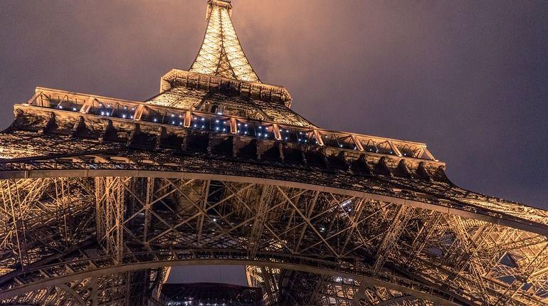 В Париже закрыт доступ посетителей на Эйфелеву башню. На такие меры руководство достопримечательности пошло из-за непогоды.