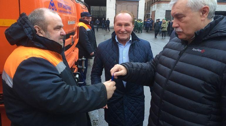 Губернатор Петебурга Георгий Полтавченко сегодня вручил дорожникам ключи от коммунальной техники для весенней уборки.