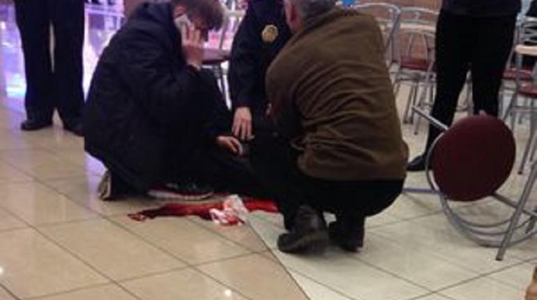 Очевидцы: на севере Петербурга напали с ножом на посетителя магазина