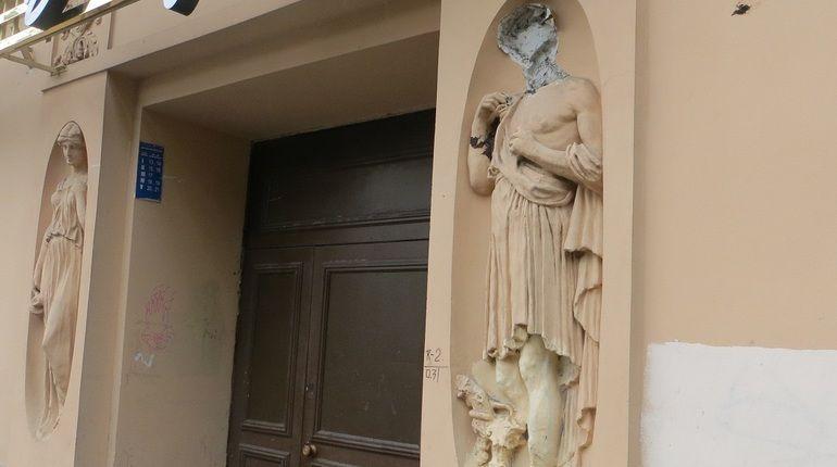 Полиция задержала обезглавившего скульптуру мальчика в Петербурге
