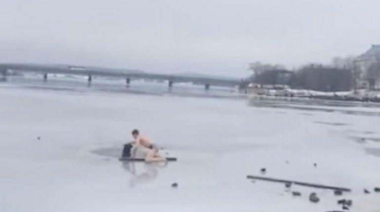 ВКарелии мужчина спас провалившуюся под лед собаку