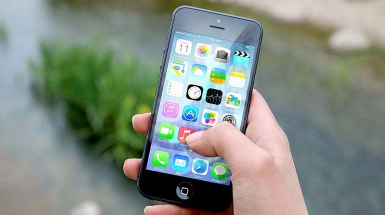 УiPhoneSE 2 появится беспроводная зарядка истеклянная панель
