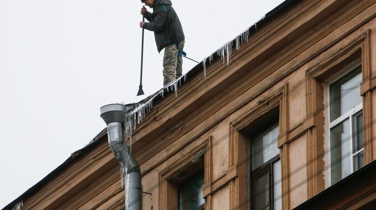 Дворники Петербурга зачистили от снега крыши 309 домов